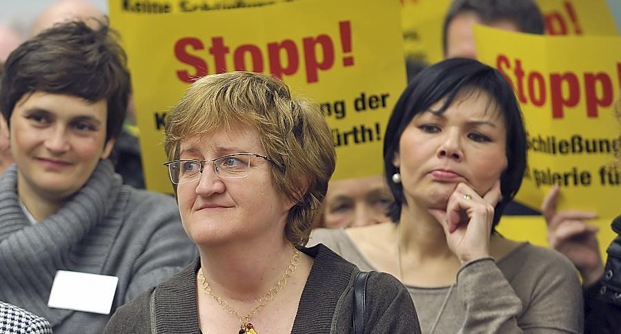Keine leichte Aufgabe übernimmt Elisabeth Reichert (vorne) — hier bei einer Protestkundgebung gegen die Galerie-Schließung.