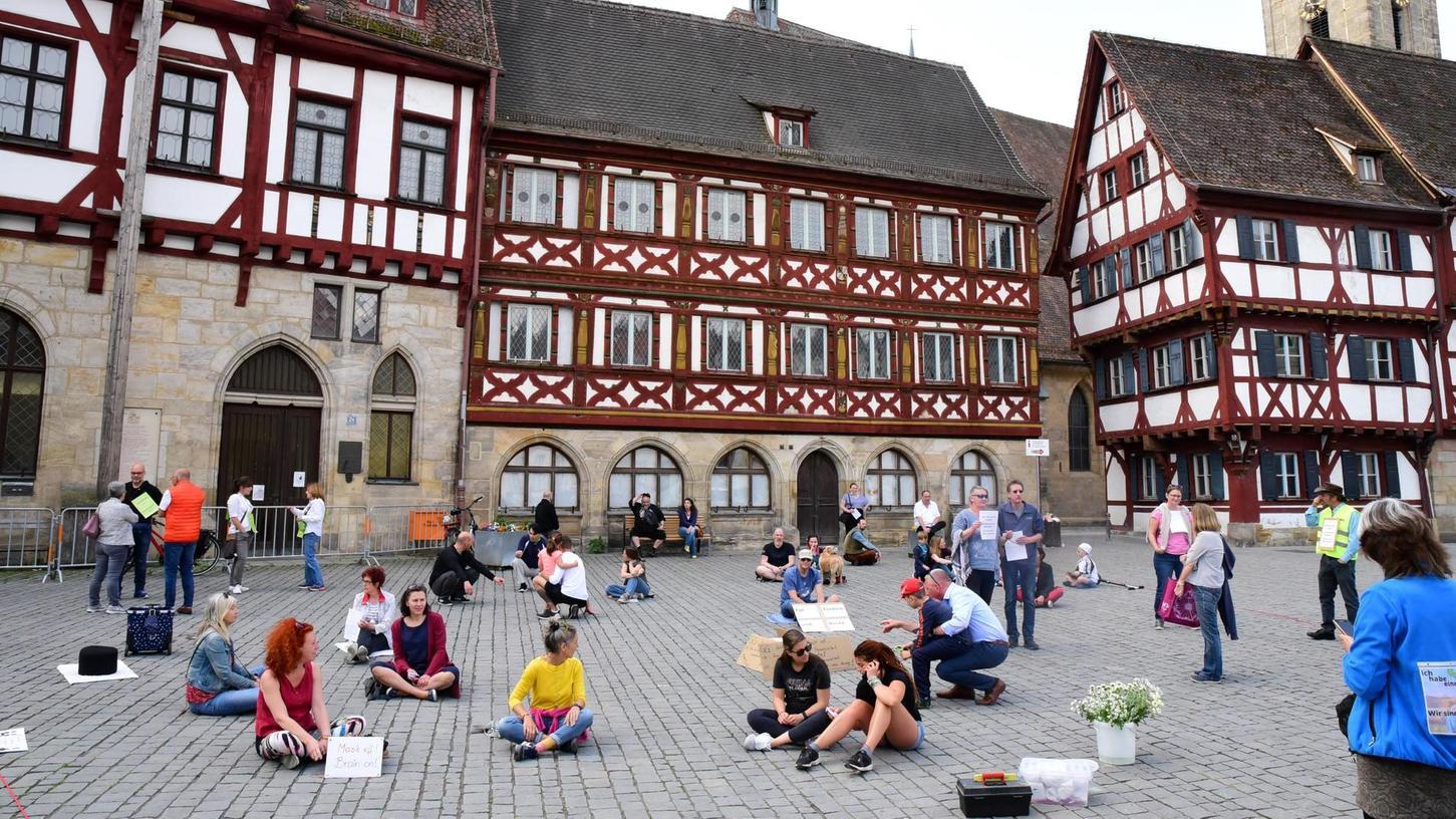 Auch in Forchheim haben sich Kritiker der Einschränkungen für eine Mahnwache zusammengefunden. Der Protest blieb friedlich.