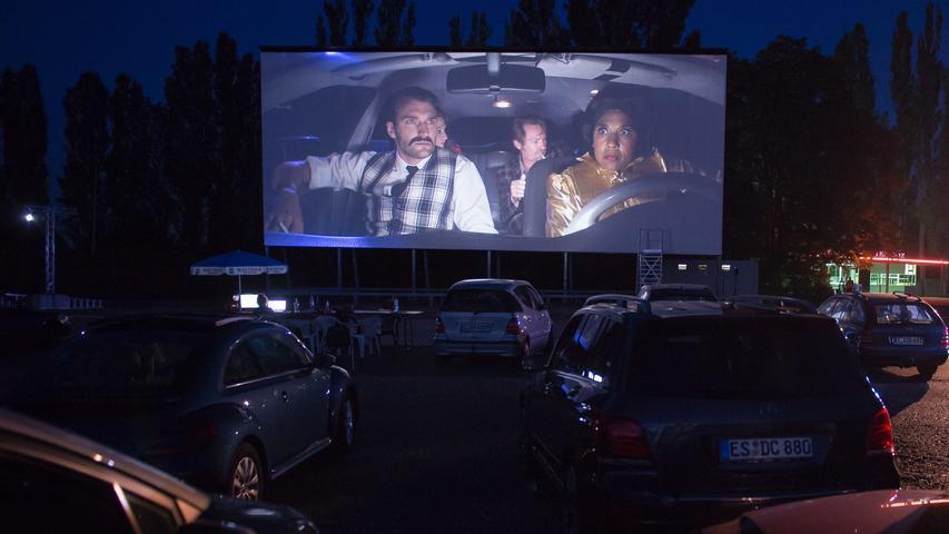 Feste Plätze gibt es bei den Autokinovorstellungen im Gegensatz zum Kino meistens nicht. Damit gilt also: First come, first served. Wer sich also einen möglichst guten Platz ergattern will, der sollte frühzeitig am Veranstaltungsort sein.