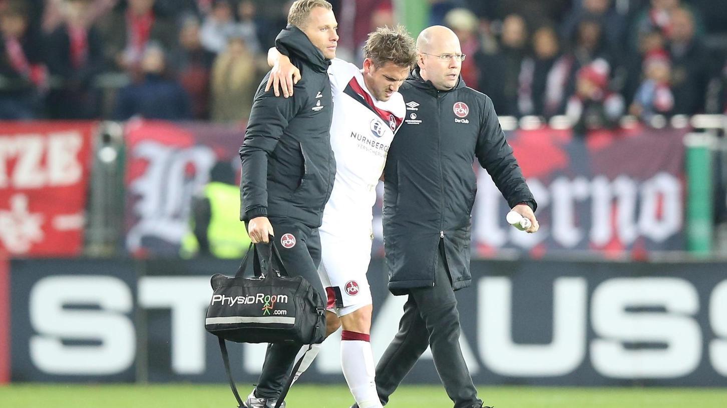Benötigt ein Spieler des 1. FC Nürnberg, hier Oliver Sorg, medizinische Hilfe, ist Mannschaftsarzt Matthias Brem zur Stelle.