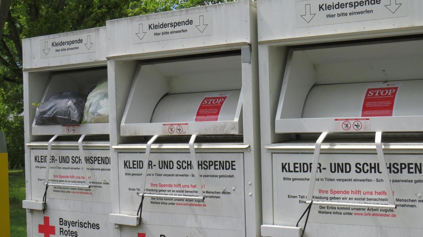 Rund 100 Altkleider-Container hat das Bayerische Rote Kreuz im Landkreis Erlangen-Höchstadt aufgestellt - seit Anfang Mai sind sie alle bis auf weiteres blockiert (hier am Standort Höchstadt mit Schnüren), weil sich sonst die Ware staut.