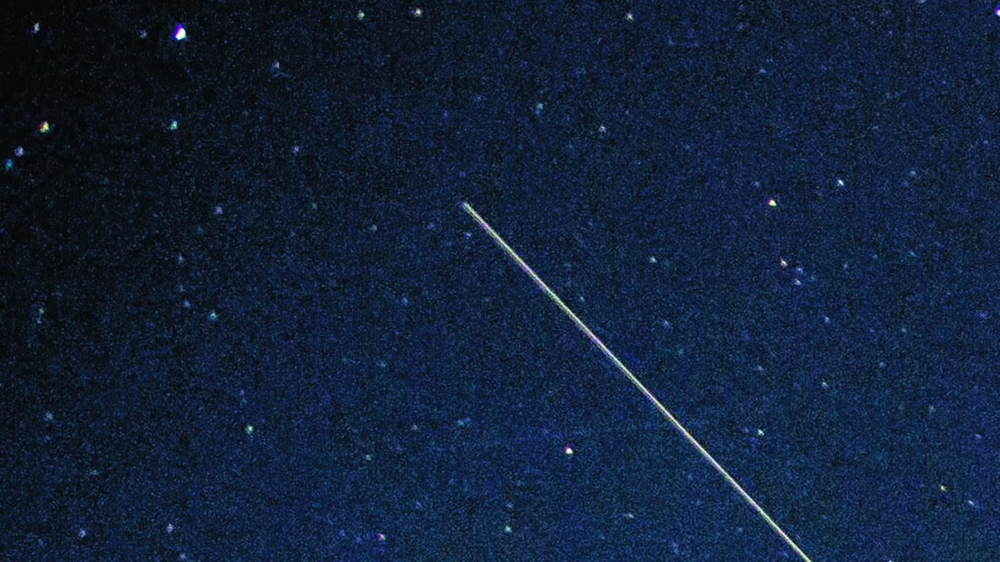 Auf diesem Foto mit Langzeitbelichtung erscheinen die Satelliten der Starlink-Reihe als Striche, Beobachter am Boden sehen eine Kette von 60 leuchtenden Punkten.