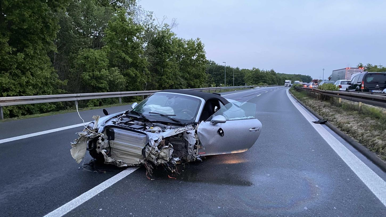 Der Fahrer des Unfallfahrzeugs hatte großes Glück. Während sein Porsche zum Totalschaden wurde blieb er unverletzt.