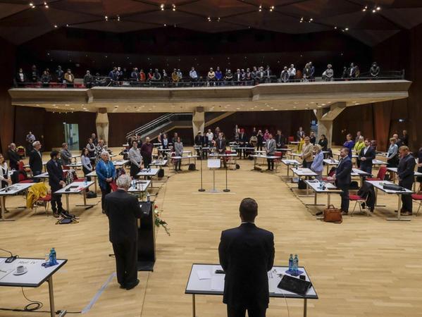 Im Namen der Gemeinden aller Erlanger Religionsgemeinschaften sprach Dekan Peter Huschke Segensworte vor den Stadträten und den Zuhörern.