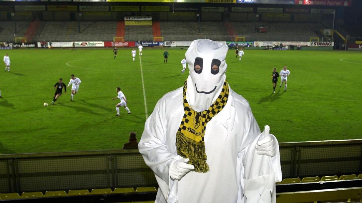 Daumen hoch? Als Fan von Alemannia Aachen konnte sich der Fußball-Geist vom Tivoli vor über 16 Jahren wenigstens über einen 3:2-Erfolg seiner Lieblingsmannschaft gegen den Nürnberger Club freuen.