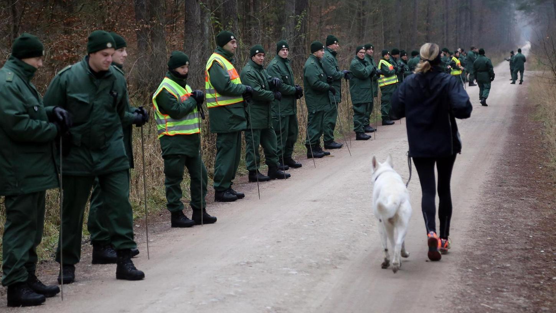 Ein Großaufgebot der Bereitschaftspolizei hat im Dezember 2013 im Reichswald bei Fischbach nach der vermissten Postbotin Heidi D. gesucht.