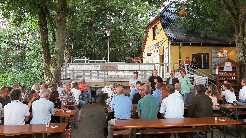 Schatten, tolle Aussicht und lokales Bier: Der Biergarten auf dem Wettelsheimer Keller – hier bei einer Volksfest-Bierprobe des Treuchtlinger Stadtrats – steht im Sommer selten leer. Nach der Corona-Zwangspause geht es nun aber auch dort nur mit strengen Regeln und weniger als der Hälfte der Sitzplätze wieder los.