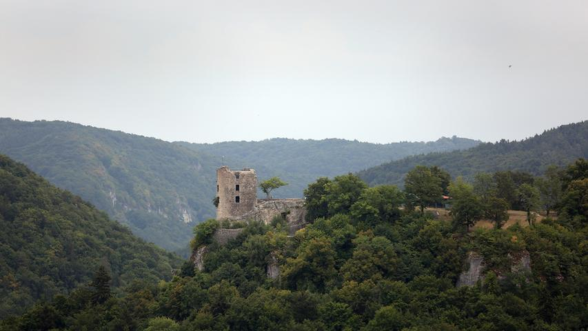 Apropos Fränkische Schweiz: Die Region gehört zu den schönsten Wander- und Klettergebieten in ganz Deutschland - im Bild die Burgruine Neideck, die als eines der Wahrzeichen der Region gilt. 2008 wurde sie gesichert. Seitdem führt eine Treppe auf die Spitze des Turms mit einem wunderbaren Ausblick.