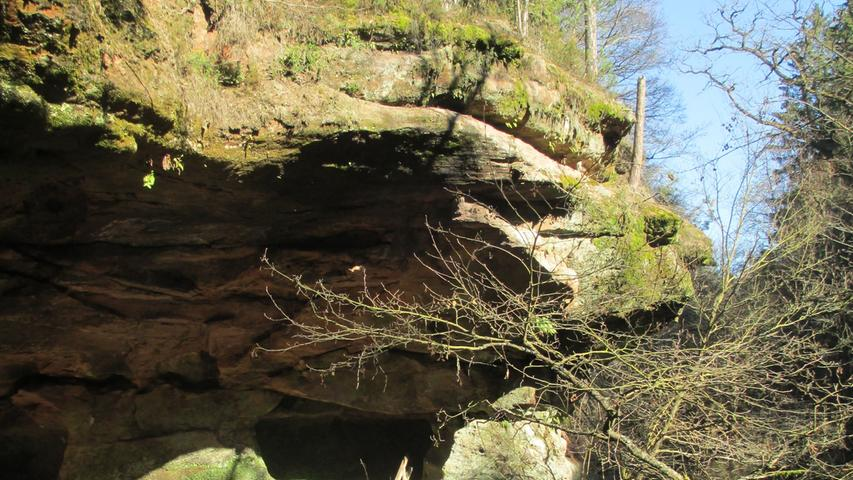 Südöstlich von Nürnberg, bei Schwarzenbruck, lockt der Schwarzachklamm-Wanderweg in die Natur. Hier laufen Sie in einem engen Tal zwischen Sandfelsen und durch Höhlen immer am Wasser entlang bis zu einem der schönsten Biergärten der Region. Zurück können sie den Alten Kanal entlangwandern - zu erreichen ist das Ziel über den S-Bahnhof Ochenbruck.
