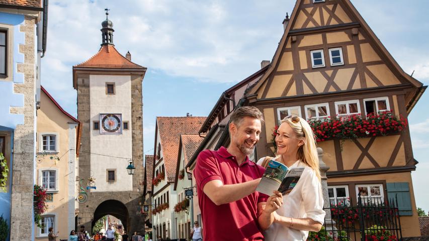 Rothenburg ob der Tauber ist normalerweise überlaufen von Touristen aus aller Welt, zu Corona-Zeiten haben wir Franken unsere mittelalterliche Perle eher für uns. Wandern Sie unbedingt auch rund um die Stadt im Taubertal, hier stehen einige der schönsten Patrizierschlösschen.