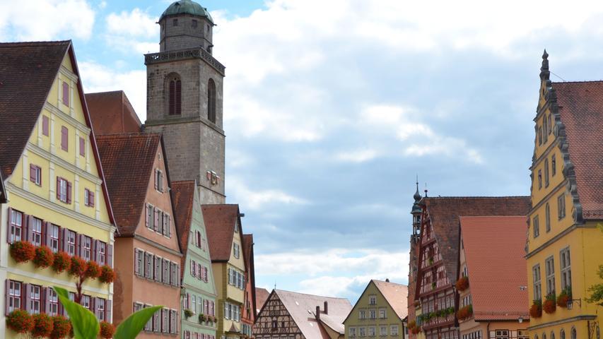 Dinkelsbühl steht touristisch immer ein wenig im Schatten von Rothenburg. Doch auch dieses Städtchen hat zweifellos seinen Charme. Im Zentrum kann man in einem Brauereigasthof einkehren.