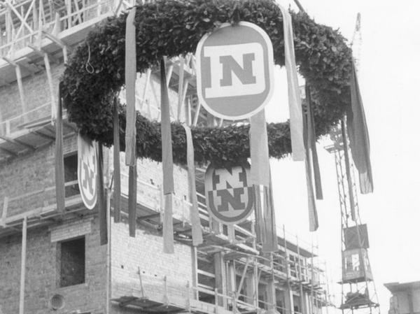 Diese undadierte Aufnahme aus den 50er Jahren zeigt Joseph E. Drexel vor der Baustelle des Druckhauses Nürnberg.