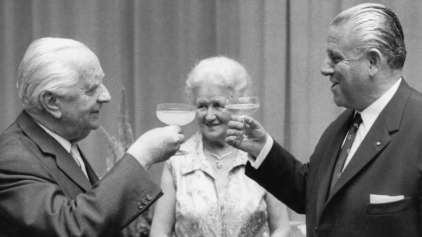 Anstoßen mit dem Oberbürgermeister der Stadt Nürnberg: Zum 75. Geburtstag von Dr. Joseph E. Drexel (li. mit Ehefrau Liesel Drexel) gratulierte 1971 auch das Stadtoberhaupt Dr. Andreas Urschlechter dem Gründungsverleger der Nürnberger Nachrichten.