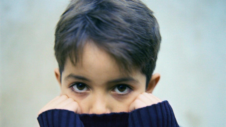 Warum manche Kinder schüchterner sind als andere, ist eine Frage der Veranlagung, aber auch des jeweiligen Umfelds. Aber auch Umbrüche, wie etwa eine neue Schule oder die Trennung der Eltern, können dies verstärken.