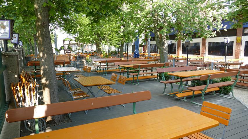 Unter einem Kastanienbaum sitzen und sich eine leckere Brotzeit oder Makrele schmecken lassen: Im Fässla-Keller können sich die Gäste auf Bamberger Tradition verlassen. Neben klassischer fränkischer Küche lockt der Fässla-Keller im Sommer mit Grillspezialitäten. Normalerweise stehen 500 Sitzplätze zur Verfügung, Corona-bedingt ist die Anzahl deutlich eingeschränkt. Von April bis Oktober ist der Keller von 11 bis 23 Uhr geöffnet.