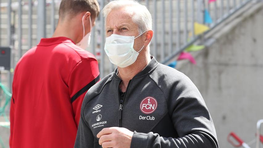 Wie alle Beteiligten muss auch Club-Trainer Jens Keller Maske tragen. Der FCN-Coach zaubert zudem eine kleine Überraschung im Sturmzentrum aus dem Hut. Adam Zrelak, der sich im Training aufgedrängt hatte, beginnt für Michael Frey.