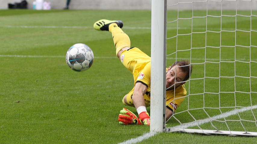 Beim Torabschluss hingegen ist der Club immer zweiter Sieger. Immer wieder pariert Pauli-Keeper Robin Himmelmann, wie auch hier gegen einen Freistoß von Tim Handwerker.