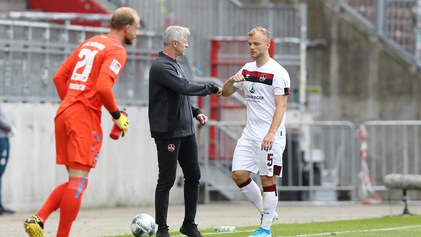 Für Ersatzkeeper Felix Dornebusch macht Johannes Geis den Weg frei, der Club spielt ab sofort in Unterzahl.