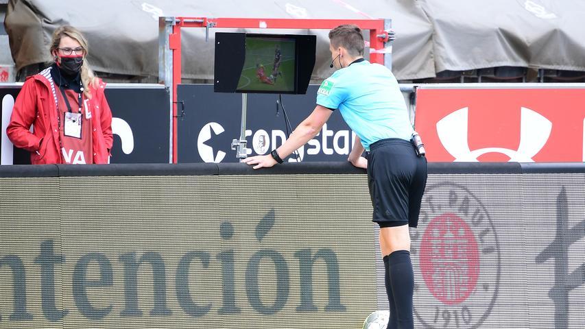 Schiedsrichter Daniel Siebert entscheidet erst auf Eckball, schaut sich die Szene dann aber nochmal an und zeigt Christian Mathenia anschließend die Rote Karte.