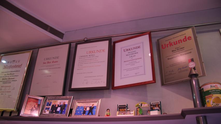 Der Chef Max Gruber ist stolz auf seine Auszeichnungen.