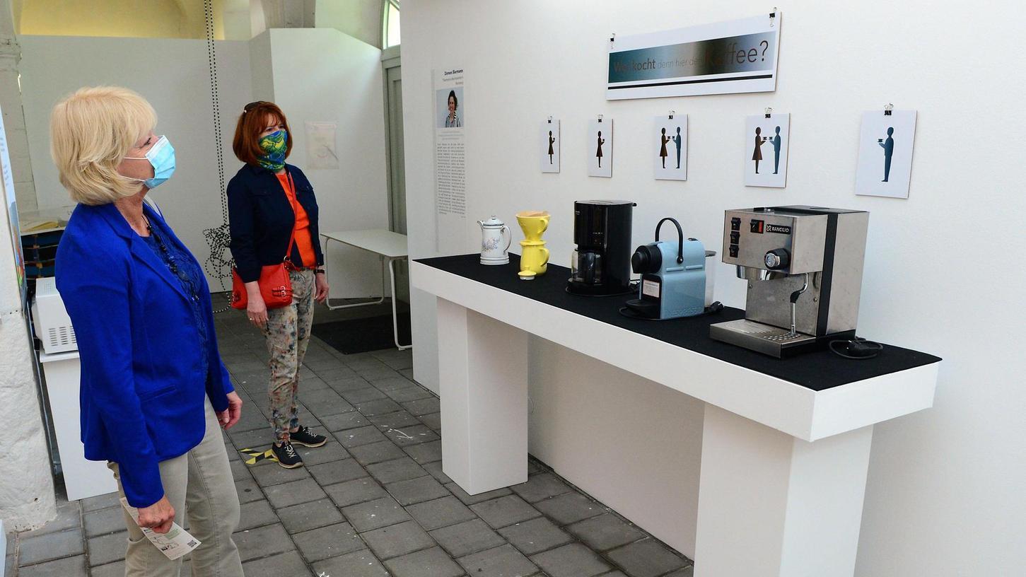 """""""Wer kocht denn hier den Kaffee?"""", fragt eine Installation im Marstall des Schlosses Burgfarrnbach und spielt auf ironische Weise mit dem alten Vorurteil, dass Frauen herzlich wenig mit Technik anfangen können."""