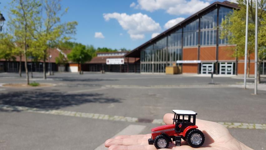 Vor der großen Jurahalle werden sonst immer die neuesten Trecker präsentiert. In diesem Jahr ist die Ausstellung der Landwirschaftstechnik auf diesen kleinen Schlepper geschrumpft.