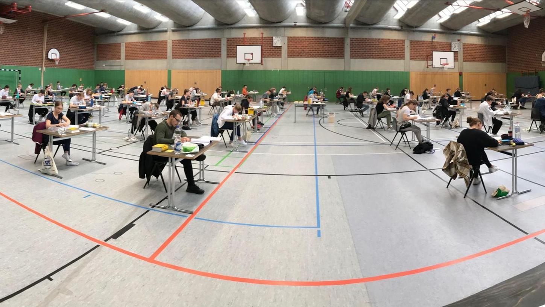 Nicht nur diese Panorama-Aufnahme macht deutlich: Die nötigen Corona bedingten Abstände konnten beim Deutsch-Abitur in der Turnhalle des Wolfram-von-Eschenbach-Gymnasiums eingehalten werden.