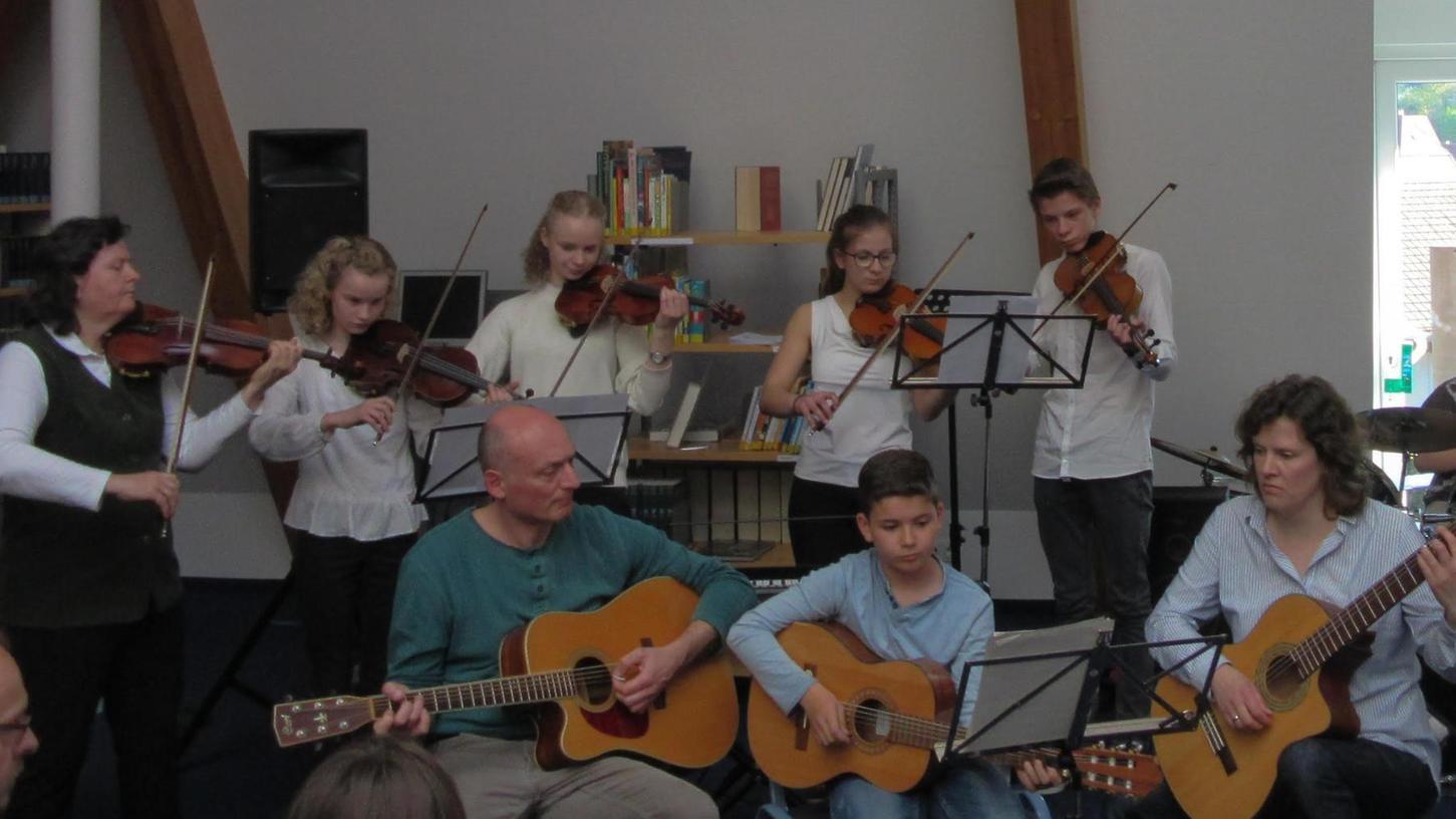An der Volkshochschule Pegnitz ist vor wenigen Tagen wieder der Einzelunterricht verschiedener Instrumentallehrer mit je einem Schüler angelaufen. Die früher üblichen Schüler-Konzerte der Musikschule (Bild) sind aktuell aber noch lange nicht erlaubt.