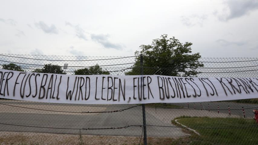 22.05.2020 --- Fussball --- Saison 2019 2020 --- 2. Fussball - Bundesliga --- 27. Spieltag: 1. FC Nürnberg - FC Erzgebirge Aue --- Foto: Daniel Marr / Sportfoto Zink / Pool --- DFL regulations prohibit any use of photographs as image sequences and/or quasi-video - Only for editorial use ! --- ....Spruchband der FCN-Fans vor dem Stadion - Der Fußball wird leben, euer Business ist krank!