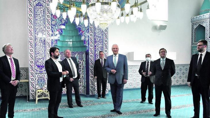Nach Drohbrief: Der bayerische Innenminister besuchte die Moschee in Röthenbach.