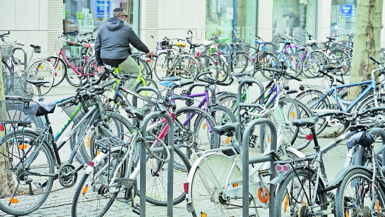 """Durch zusätzliche Bügel — wie hier am Hugenottenplatz — soll das Parken der Räder """"geordnet"""" und die """"Verkehrs- und Diebstahlsicherheit erhöht"""" werden."""