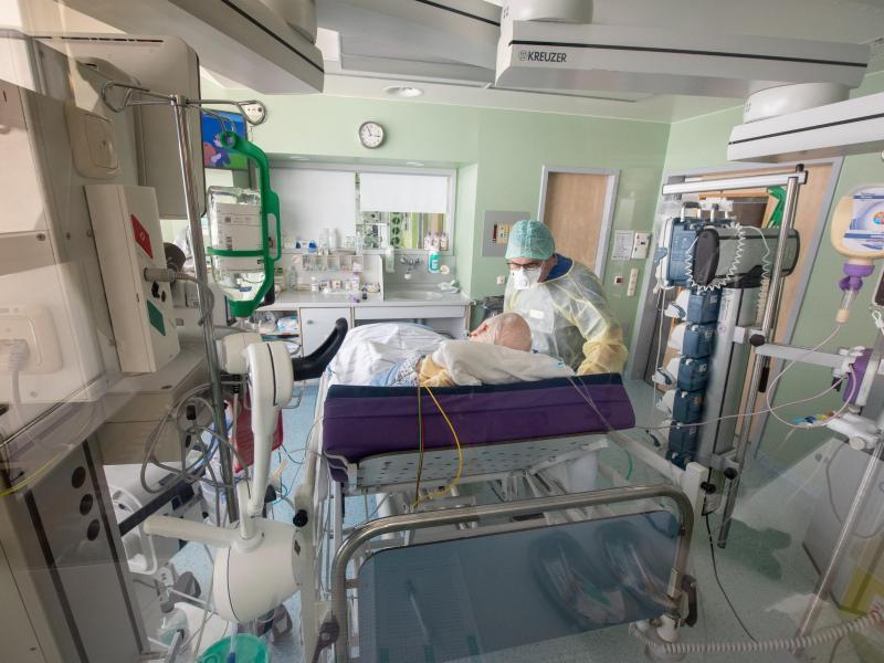 Ein Corona-Patient auf einer Intensivstation.