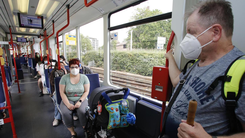 Mit Gesichtsschutz und Abstand: So sieht es momentan in den Straßenbahnen aus.