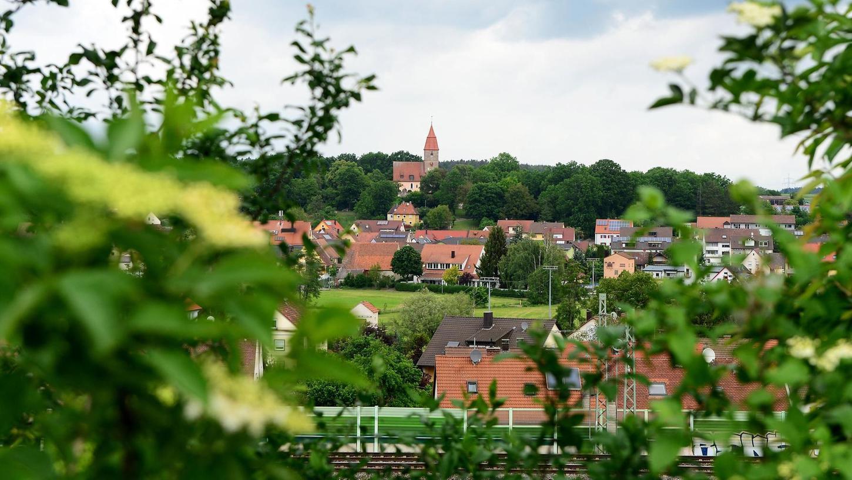 Der Blick auf den Hauptort mit der markanten Veitskirche: Auf 440 Seiten finden sich in dem neuen Buch Geschichten über die Menschen und die Geschichte der Gemeinde Veitsbronn mit ihren Ortsteilen.