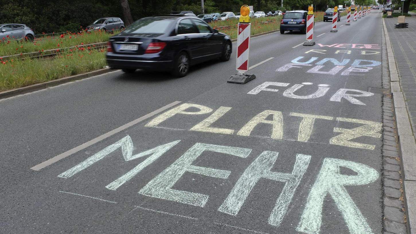 In Nürnberg durften Aktivisten am Wochenende für gut eine Stunde eine Spur der Bayreuther Straße in einen Pop-up-Radweg verwandeln. Das Ziel sind aber dauerhafte Lösungen, zumindest für den Sommer.