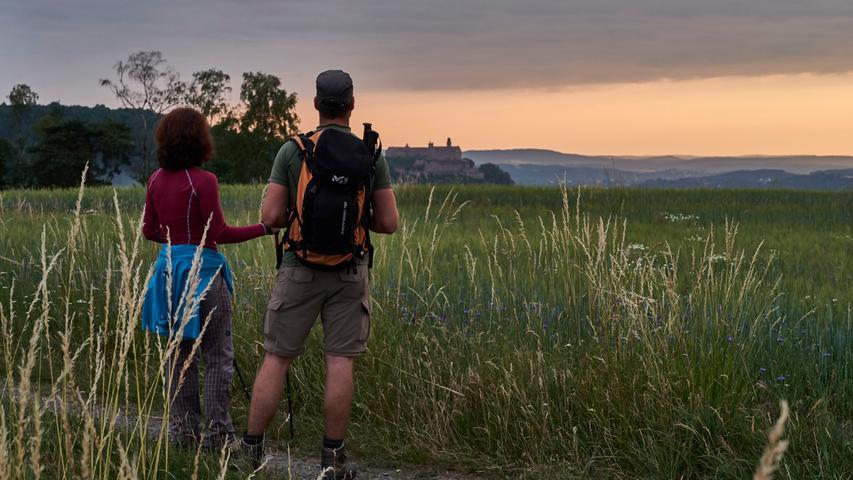 Burgen, Felsen, Höhlen oder Seen? Auf Frankens Fernwegen finden sich felsige Auf- und Abstiege, seichte Wege durch kleine Dörfer und viele historische Sehenswürdigkeiten. In unserer Bildergalerie haben wir die schönsten Wandertouren duch Franken gesammelt. Perfekt für alle Abenteurer und jede Menge Inspiration für den nächsten Ausflug!