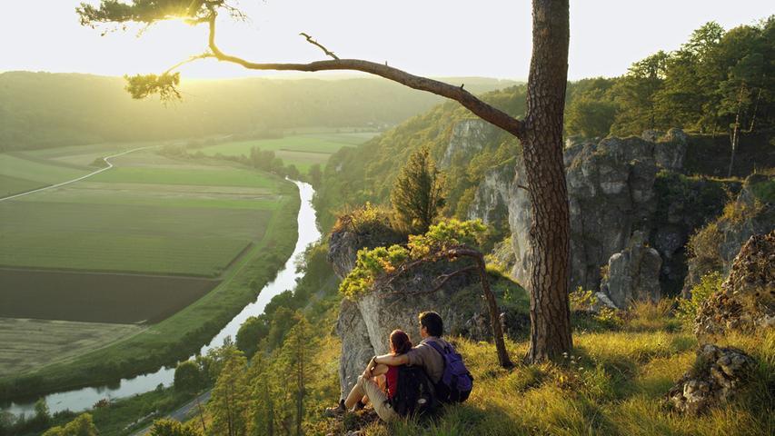 Sanft präsentiert sich die Landschaft im Naturpark Altmühltal, durch die sich der zugehörige Panoramaweg schlängelt. 200 Kilometer ist der zertifizierte Weg lang und folgt in seinem Verlauf zwischen Gunzenhausen und Kelheim mit moderaten Anstiegen dem ruhigen Lauf der Altmühl. Steil aufragende und bizarr geformte Felsformationen prägen die Strecke.