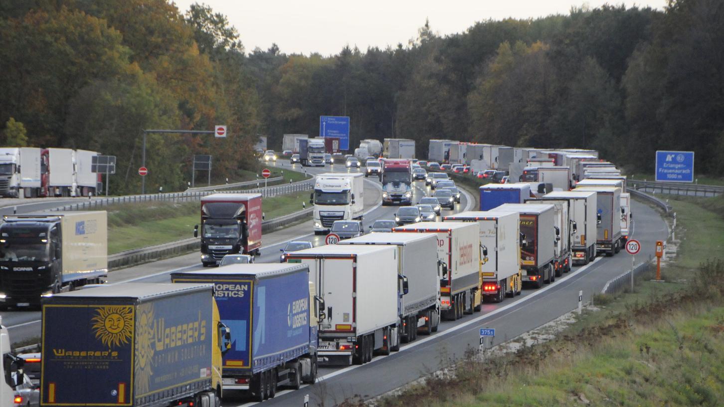 Bis Ende 2025 könnten Staus auf der A3 noch ein häufiges Bild sein. Schließlich wird die Autobahn zwischen Erlangen und Biebelried sechsstreifig ausgebaut, mehrere kilometerlange Baustellen sind die Folge. Doch danach soll der Verkehr ungehinderter fließen als bislang.