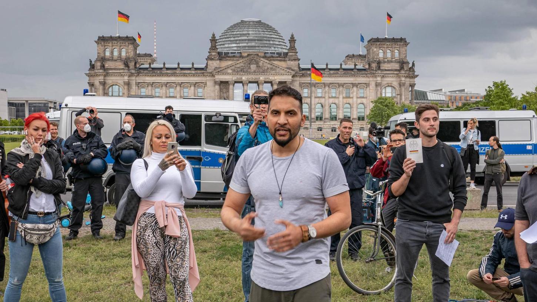 Auch am Samstag demonstrierte Hildmann (Mitte) vor dem Reichstag. Er wurde vorübergehend festgenommen – laut Polizei wegen Verstößen gegen das Versammlungs- und das Infektionsschutzgesetz.