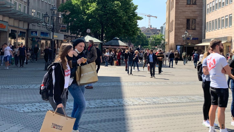 In Nürnbergs Innenstadt ist mittlerweile wieder mehr geboten, nachdem erste Corona-Lockerungenbereits in Kraft getreten sind.
