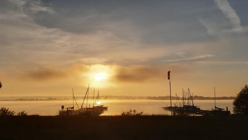 Warum in die Ferne schweifen, wenn das gute so Nahe liegt - das fragt sich wohl nicht nur Manfred Grießl, der diese wunderbare Sonnenaufgangsstimmung am Altmühlsee vom Walder Ufer aus eingefangen hat.