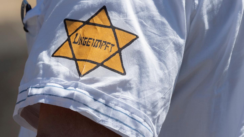 Gelbe Sterne wie dieser tauchen immer wieder bei Anti-Corona-Demos auf wie hier bei einem Protest in Frankfurt am Main.