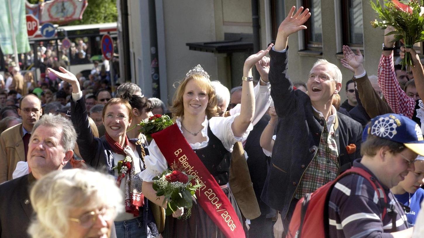 Mittendrin im Festzug: Siegfried Balleis (rechts, winkend) am 12. Mai 2005 mit Bierkönigin Vanessa I. und Elisabeth Preuß.