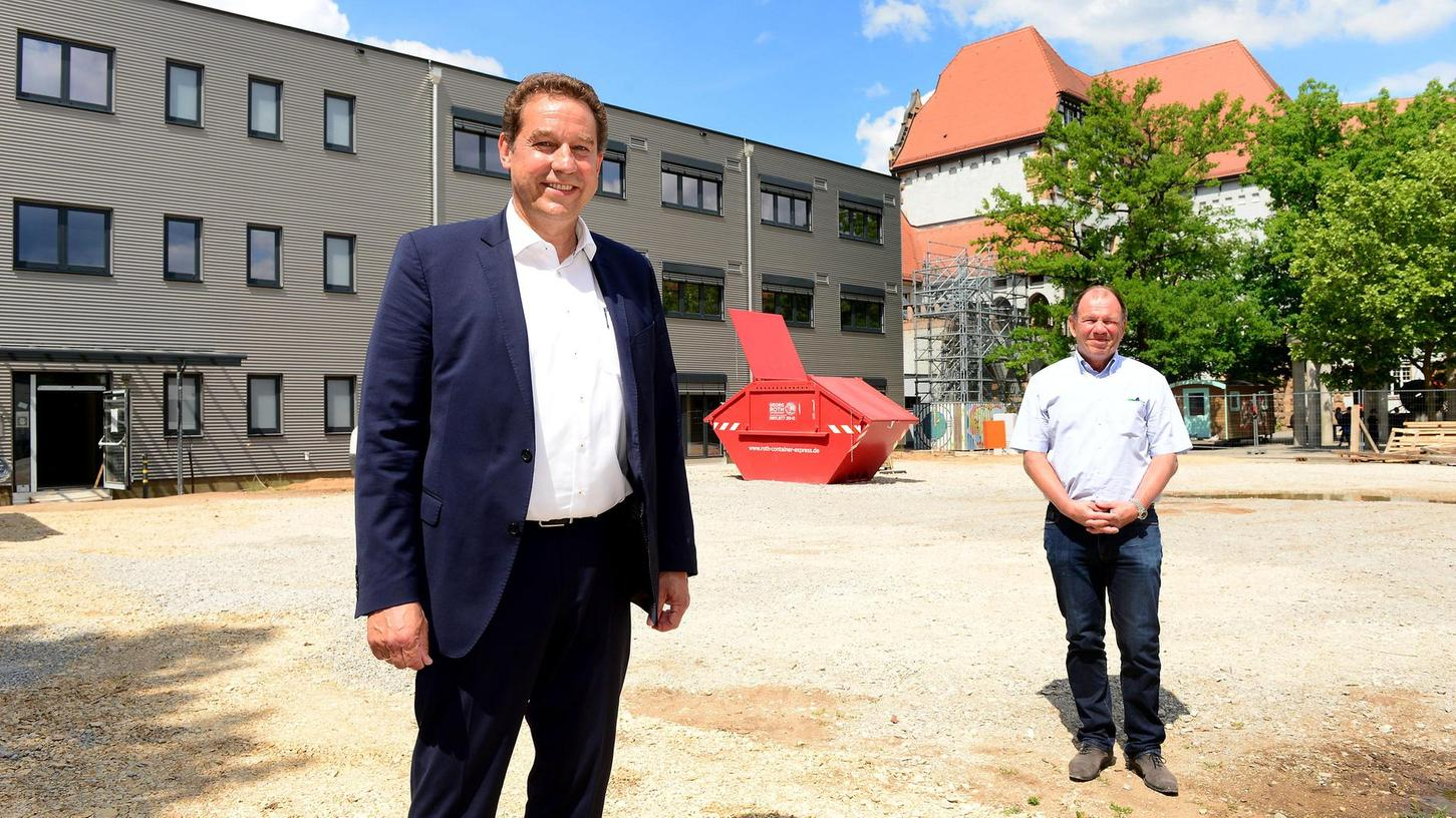 """Der Modul-Anbau an der Pestalozzi-Schule ist fertig, und Markus Braun (vorne) sieht seiner dritten Amtszeit als Bürgermeister und Schulreferent entgegen, die noch einige weitere Baumaßnahmen bringen wird. """"Pesta""""-Schulleiter Thomas Bauer freut sich, dass seine rund 550 Schüler bald mehr Platz bekommen."""
