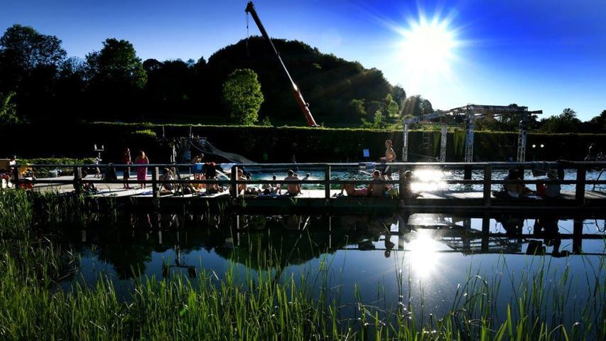 Im Naturbad Königstein entspringt das Wasser einer natürlichen Quelle und ist naturbelassen. Zu dem Bad in idyllischer, grüner Lage zählt eine weiträumige Liegewiese und ein großer Wasser-Spiel-Bereich für Kinder. Neben einem Beachvolleyball-Feld, Sprungturm und Riesenschach gibt es auch bei den Aktivitäten viele Naturelemente:Etwa den Naturbach mit Kies im Kinderspielbereich oder auch den Sprungfelsen.Adresse: Badstraße 3, 92281 Königstein
