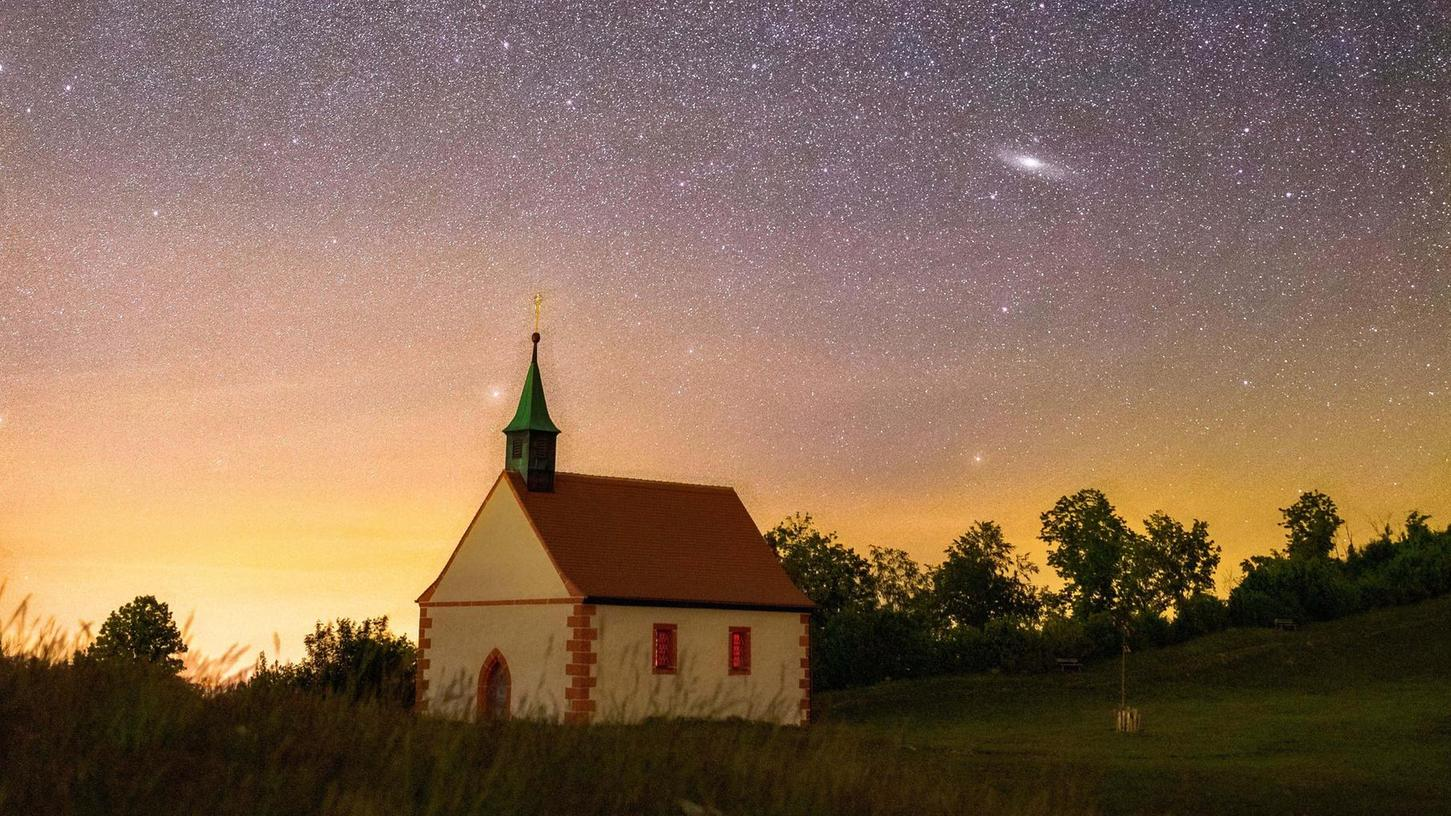 Ein beliebtes Motiv: Die Walburgiskappelle auf dem Kapellenberg, hier von Yannick Patriarca Roth mit beeindruckendem Sternenhimmel eingefangen.