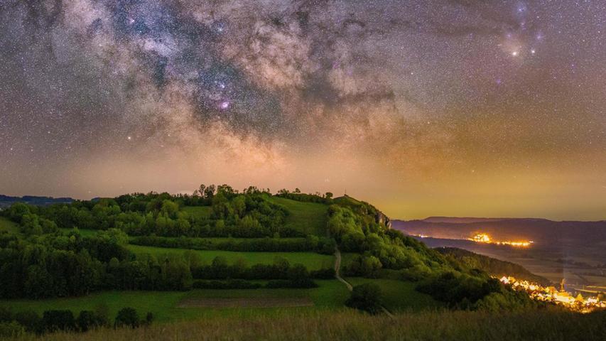 Ein beeindruckender Nachthimmel samt Milchstraße über dem Walberla: Der Erlanger Yannick Patriarca Roth hat die Nacht hindurch fotografiert, um den Sternenhimmel einzufangen. Der Weg zum Bild war schon ein kleines Abenteuer, wie er uns hier berichtete.