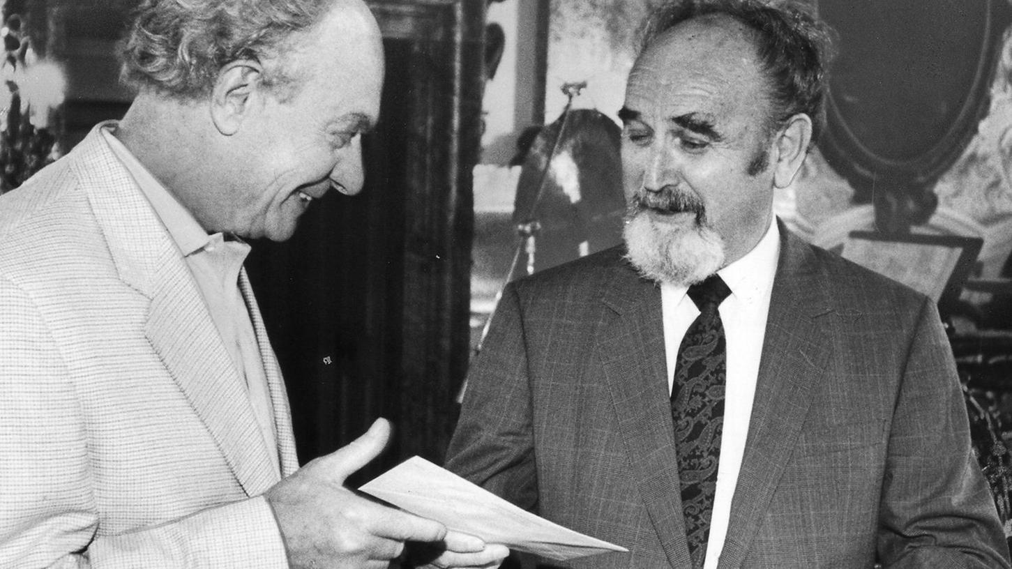 """Bruno Schnell zeichnet 1993 den Nürnberger Maler Toni Burghart mit dem in diesem Jahr erstmals verliehenen Kunstpreis der """"Nürnberger Nachrichten"""" aus."""