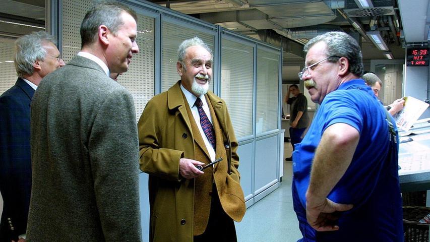 Besuch bei der Belegschaft: Bruno Schnell im Jahr 2004 zusammen mit Nürnbergs Oberbürgermeister Ulrich Maly in der Rotation der Druckerei des Verlags.