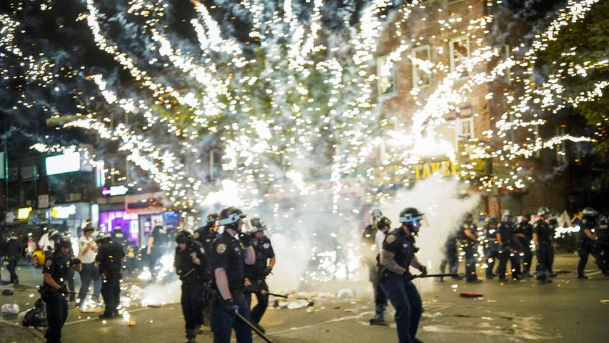 News Bilder des Tages Fireworks explode on a group of police officers when Black Lives Matter protesters clash with NYPD Police Officers as protests around the country continue over the death of George Floyd at the hands of the Minneapolis police in New York City on Saturday, May 30, 2020. Former Minneapolis police officer Derek Chauvin was arrested Friday days after video circulated of him holding his knee to George Floyd s neck for more than eight minutes before Floyd died. All four officers involved in the incident also have been fired from the Minneapolis Police Department. PUBLICATIONxINxGERxSUIxAUTxHUNxONLY NYP20200530506 COREYxSIPKIN